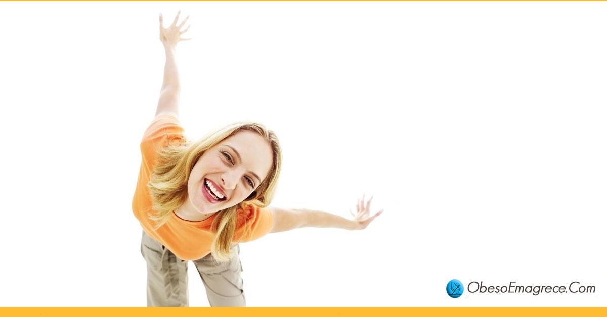 dia do lixo para iniciantes - pró#2: auxilia no controle da culpa - mulher feliz e relaxada comemorando com braços abertos