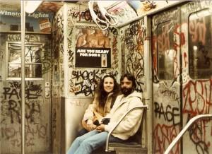 como emagrecer o rosto - teoria das janelas quebradas - foto de um vagão vandalizado na década de 1980 em Nova York