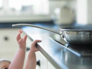 como emagrecer o rosto - introdução - foto ilustrativa de uma criança tentando encostar na panela quente em cima do fogão