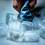 como emagrecer o rosto - dica 1 - foto ilustrativa de uma mão enxugando gelo