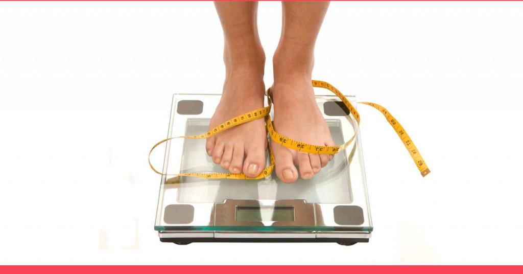 musculação emagrece - imagem dos pés de uma mulher sobre uma balança digital