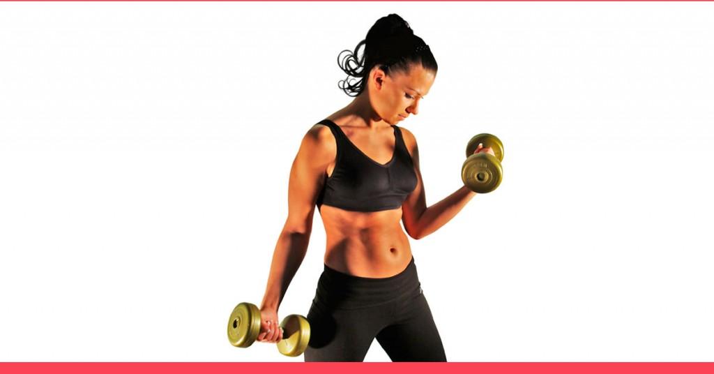 musculação emagrece - mulher fazendo exercício localizado para bíceps