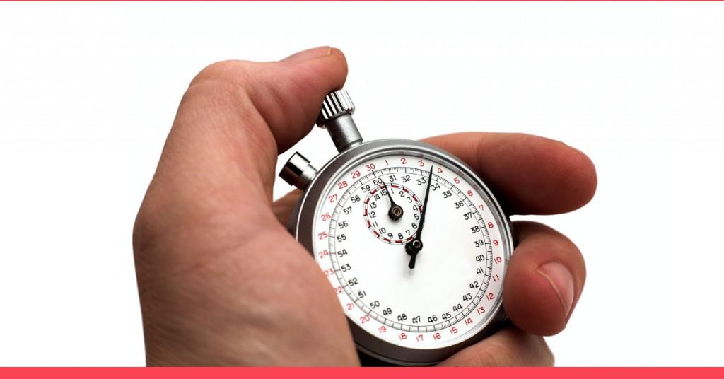 musculação emagrece - uma mão masculina segurando e apertando o botão de um cronômetro analógico