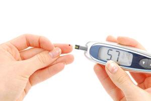 Tapioca engorda ou emagrece - Foto de uma mulher furando o dedo com um aparelho para medir o diabetes.