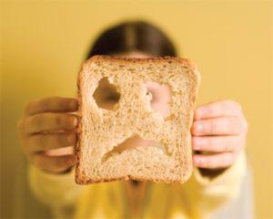 Tapioca engorda ou emagrece - Foto de um pão de forma com uma expressão triste desenhada em sua superfície.
