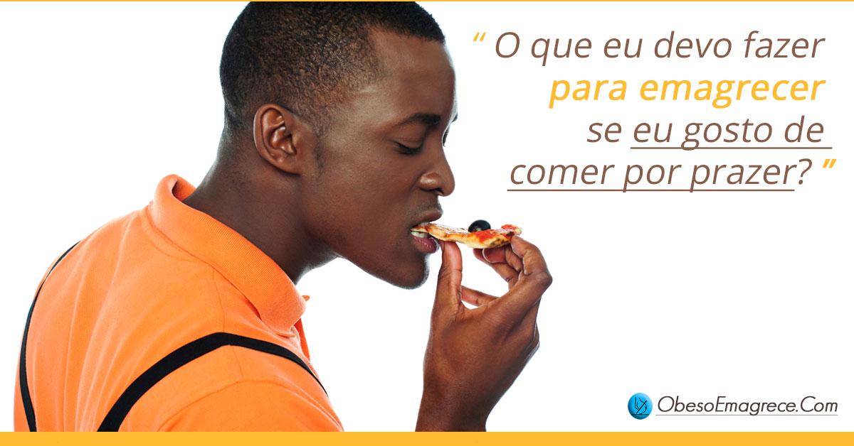 eu gosto de comer por prazer -o que eu devo fazer para emagrecer se eu gosto de comer por prazer? - foto rapaz comendo pizza com muito tesão