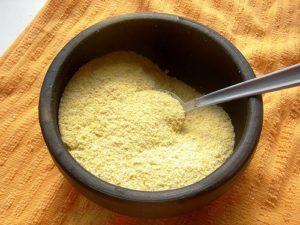 tapioca engorda ou emagrece - farinha de mandioca em uma panelinha de barro preta