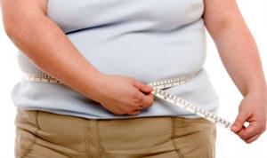 Tapioca engorda ou emagrece - foto de uma mulher gorda com a fita métrica em volta da cintura.