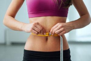 Tapioca engorda ou emagrece - foto de uma mulher magra com uma fita métrica em volta da cintura.