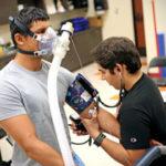 exercícios aeróbicos para emagrecer - foto de um homem com uma máscara de oxigênio em um laboratório de testes de desempenho