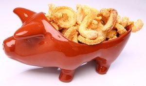 tapioca engorda ou emagrece - foto de um porquinho de porcelana cheio de torresminhos fritos