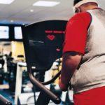 exercícios aeróbicos para emagrecer - imagem de um jovem bem gordinho de costas em uma esteira ergométrica