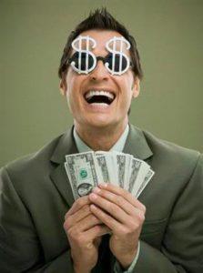 exercícios aeróbicos para emagrecer - foto de um homem com dinheiro na mão e um sorriso de satisfação no rosto