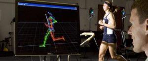 exercícios aeróbicos para emagrecer - foto de uma mulher correndo em um laboratório e tendo suas atividades monitoradas por computadores