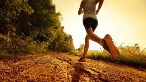 exercícios aeróbicos para emagrecer - mulher correndo em uma estrada de chão