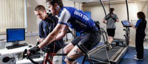 exercícios aeróbicos para emagrecer - imagem de um laboratório onde os praticantes de das atividades físicas tem suas atividade monitoradas por profissionais e equipamentos sofisticados