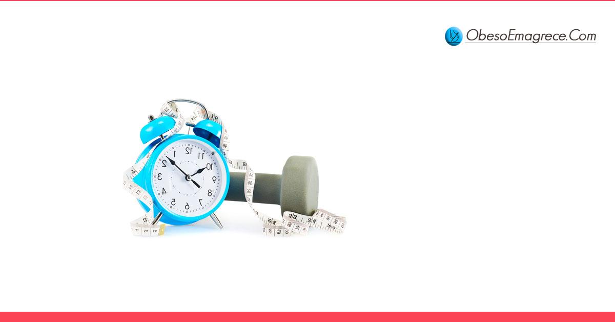 exercícios para emagrecer em casa - qual é a frequência ideal de treinos? - imagem com m relógio, uma fita métrica e um pesinho de academia